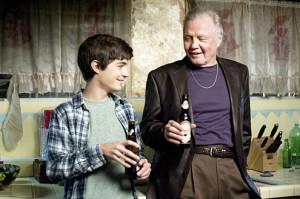 Jon Voight en una escena de Ray Donovan junto a su nieto en la ficción