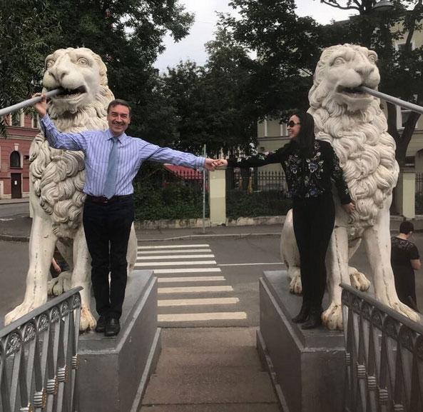 Foto de la cuenta de Twitter de @pedroj_ramirez. La acompañaba este texto: Cuando tantos quieren separarse, nosotros nos hemos unido para siempre con dos leones por testigos.