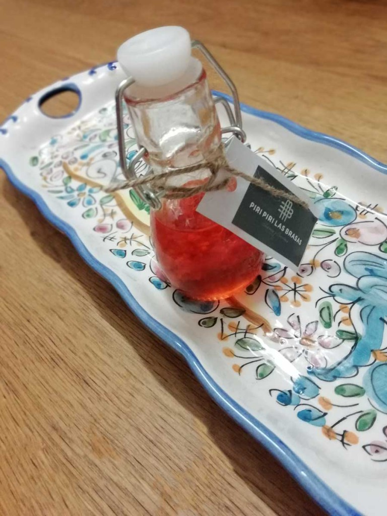 La salsa, colocada de forma muy cuca sobre una pieza de cerámica portuguesea que tengo en mi casa. Dos joyas...Una no va a durar mucho. ¡MMMMM!