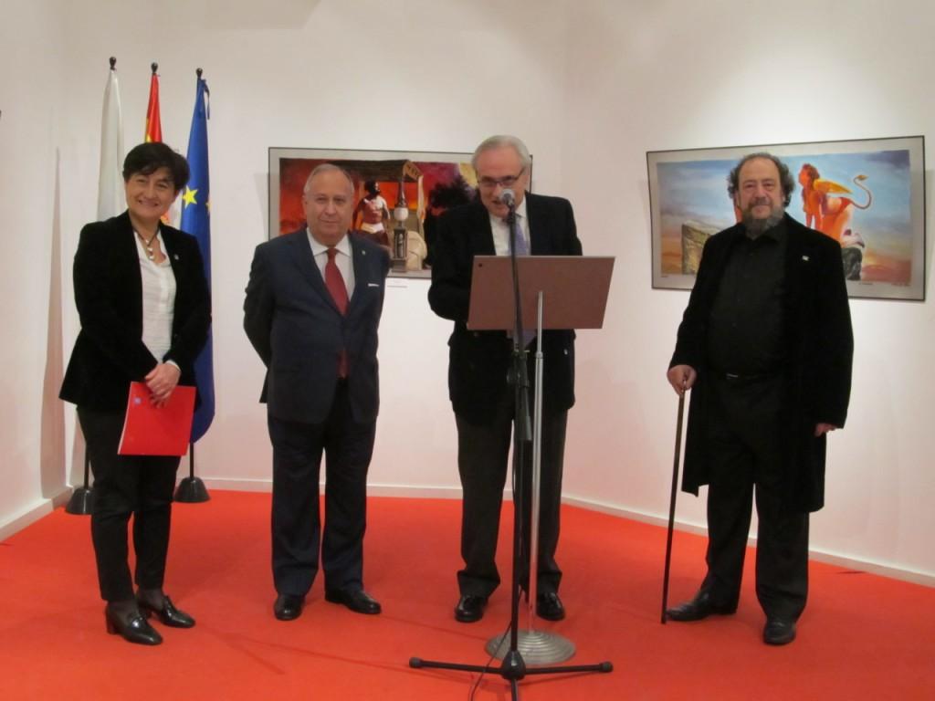 La delegada de Andalucía, Candela Mora, el doctor José Carro, el delegado de la Xunta, José Ramón Ónega, y el autor de la exposición J. Méndez