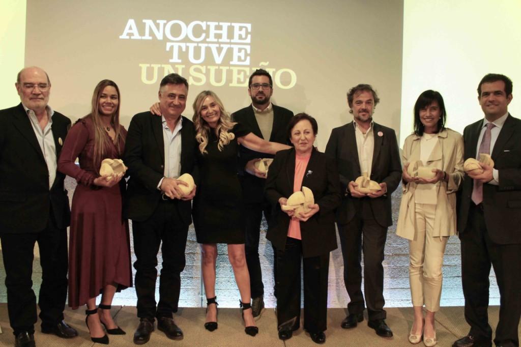 Julia Higueras, directora de la revista, junto a los ganadores