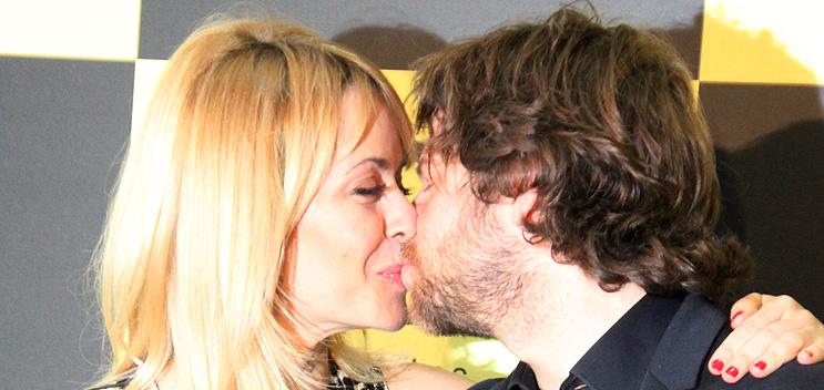 Beso María Adanez y novio