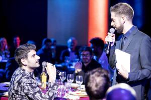 Melendi y el presentador de la gala