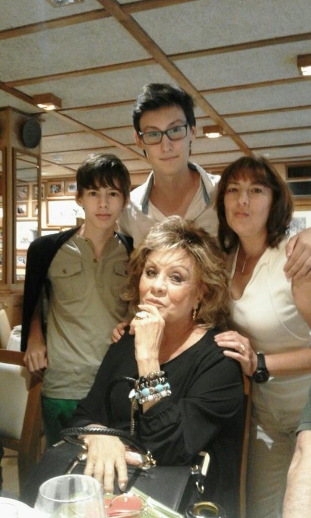 Paloma cela con su hiija y sus nietos